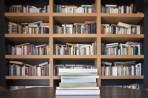 Pila de libros con librera de fondo